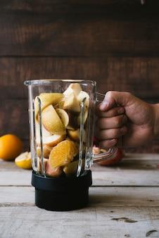 Fruta saludable en la vista frontal de la batidora