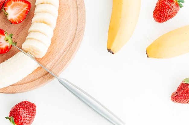 Fruta sobre tabla de madera