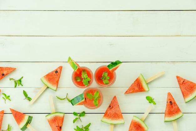Fruta de la tabla superior vista tropical con bebida con vacaciones de verano primavera y concepto de fondo de vacaciones