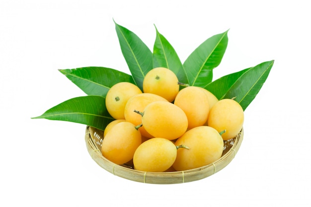 Fruta tailandesa del ciruelo mariano dulce aislada en el fondo blanco