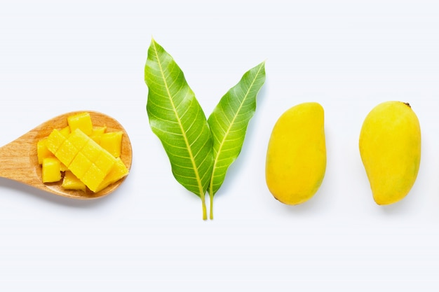 Fruta tropical, mango con hojas