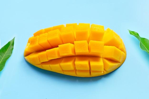 Fruta tropical, mango en mesa azul. vista superior