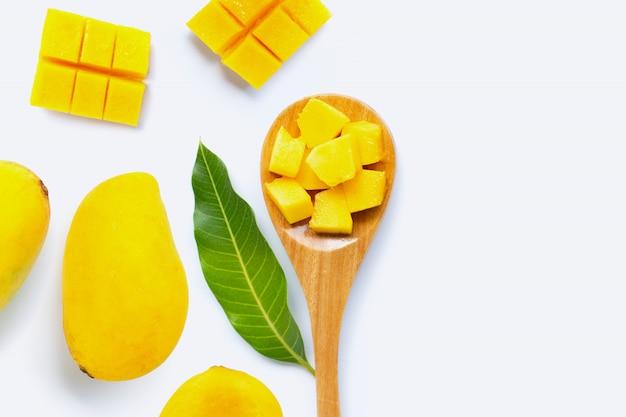Fruta tropical mango sobre fondo blanco.