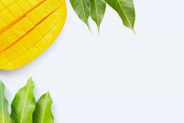 Fruta tropical, mango sobre fondo blanco.