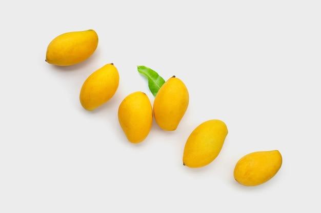 Fruta tropical, mango sobre superficie blanca