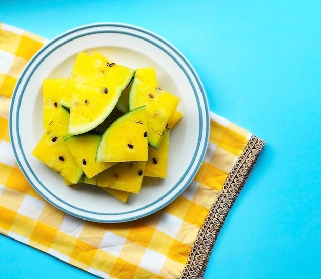 Fruta de verano, sandía en placa sobre fondo azul pastel