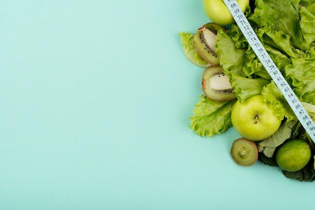 Fruta verde con espacio de copia de medición