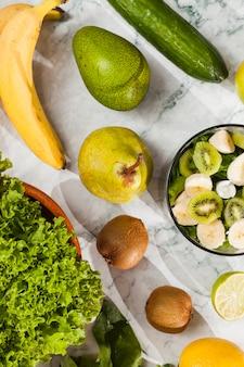 Fruta y verdura madura en mesa de mármol.