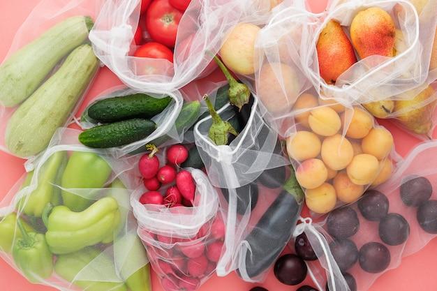 Fruta y verdura en la vista superior de la bolsa de compras