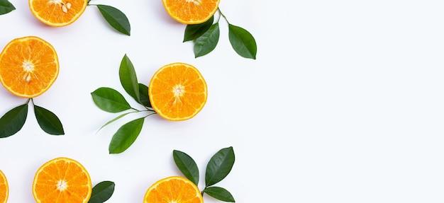 Frutas anaranjadas sobre fondo blanco. frutas cítricas bajas en calorías, altas en vitamina c y fibra.