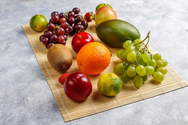 Frutas y bayas frescas orgánicas variadas.