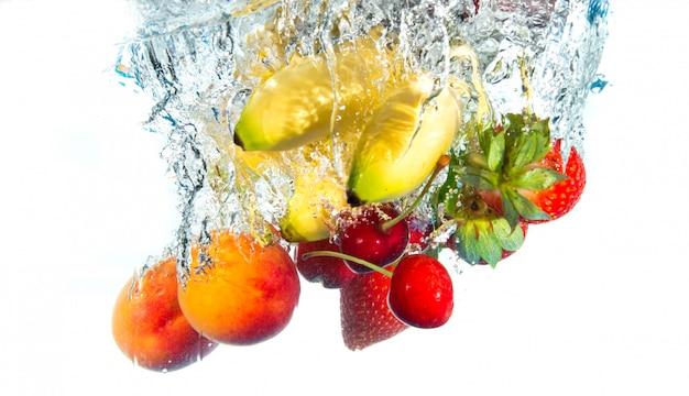 Frutas cayendo en el agua
