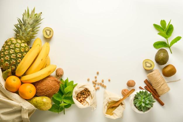 Frutas y cereales en bolsas textiles.