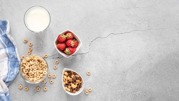 Frutas y cereales con espacio de copia