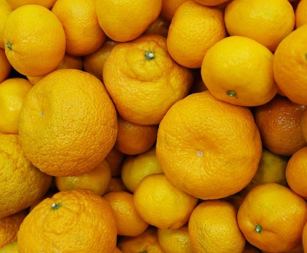 Frutas cítricas frescas en el mercado
