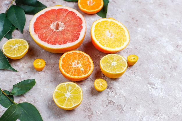 Frutas cítricas frescas variadas, limón, naranja, lima, mandarina, kumquat, pomelo fresco y colorido, vista superior