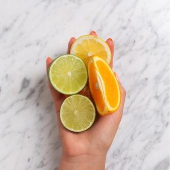 Frutas cítricas. naranja, limón, pomelo, mandarina y lima sobre una piedra de moda