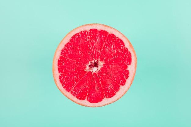 Frutas cítricas de pomelo sobre fondo pastel