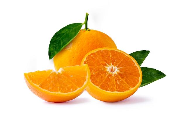 Frutas cítricas y rodajas de naranjas aisladas sobre fondo blanco.