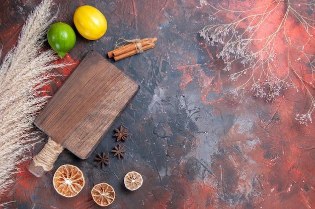 Frutas cítricas la tabla de cortar frutas cítricas canela anís estrellado espigas de trigo