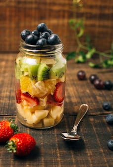 Frutas coloridas de la vista delantera en un tarro