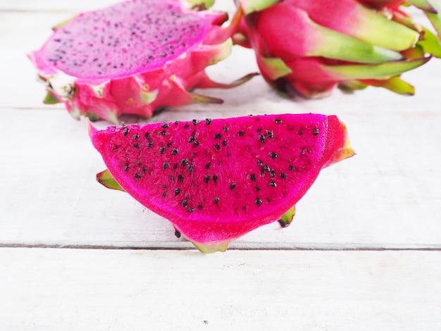 Frutas del dragón púrpura en rodajas