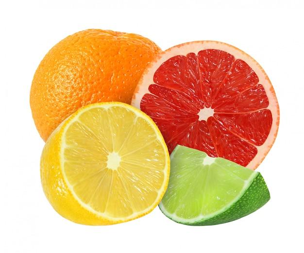 Frutas enteras y cortadas de naranja, pomelo, limón, lima aisladas sobre fondo blanco con trazado de recorte