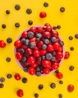 Frutas esparcidas y cuenco