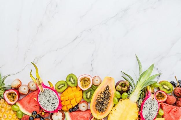 Frutas exóticas frescas sobre fondo de mármol blanco