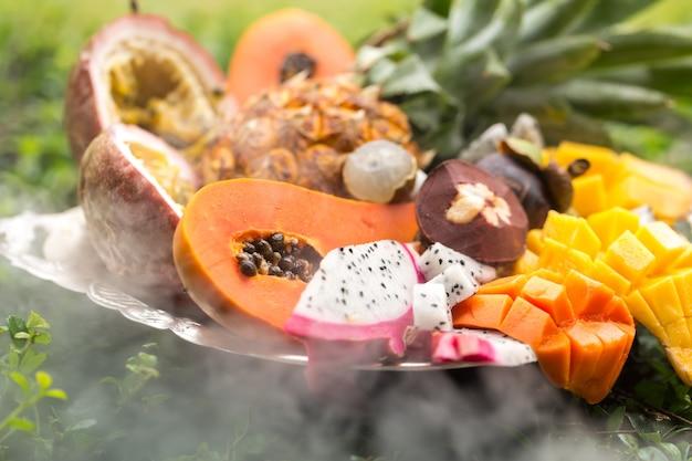 Frutas exóticas en un humo