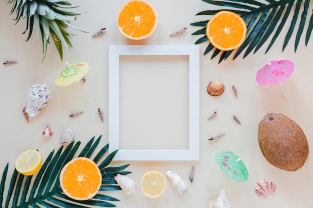 Frutas exóticas con marco en blanco en la mesa