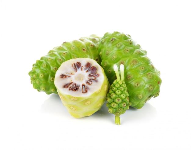 Frutas exóticas - noni fruta sobre fondo blanco