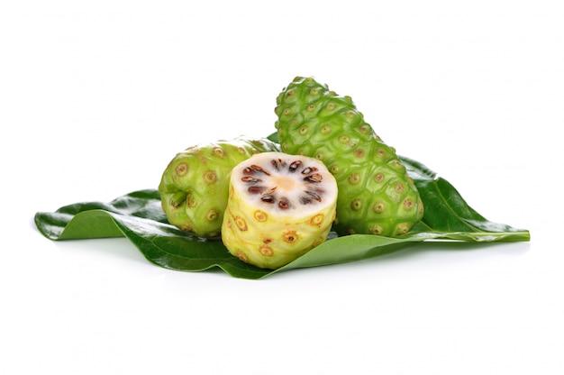 Frutas exóticas - noni sobre fondo blanco