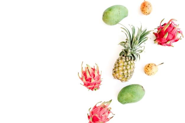 Frutas exóticas sobre fondo blanco.