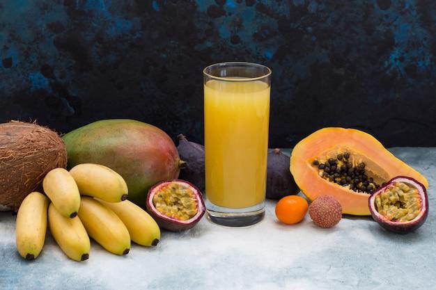 Frutas exóticas y un vaso de jugo