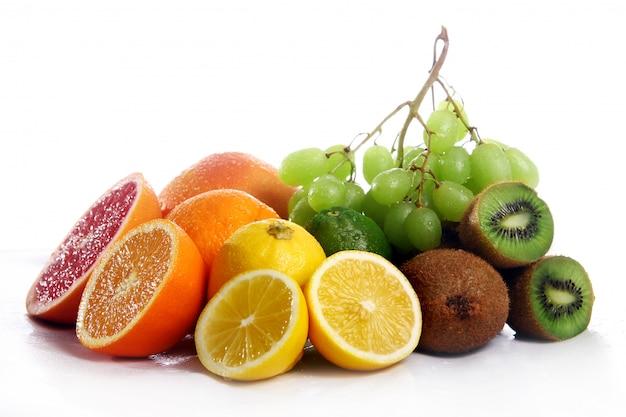 Frutas frescas aisladas sobre fondo blanco
