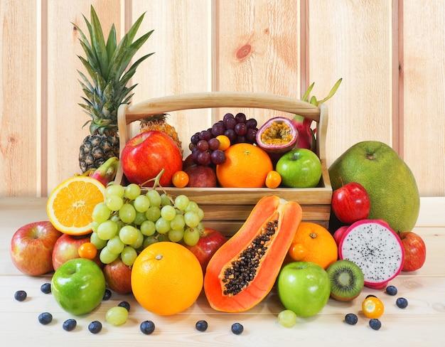 Frutas frescas aisladas sobre fondo blanco.