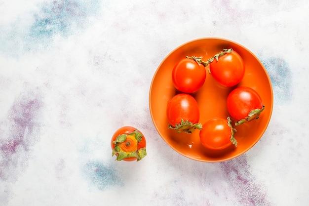 Frutas frescas de caqui maduro orgánico.