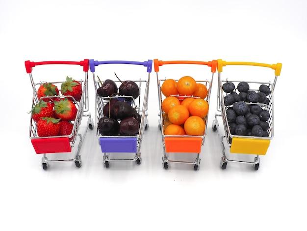 Frutas frescas, cereza, fresa, grosella y arándano en carretilla