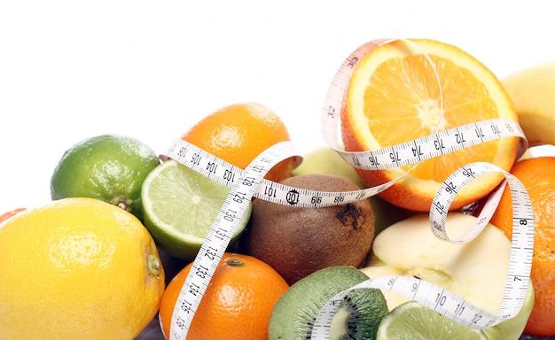 Frutas frescas y cinta métrica