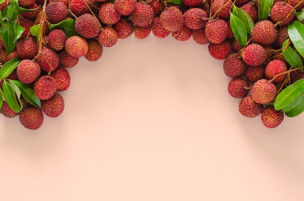 Frutas frescas de lichi con hojas