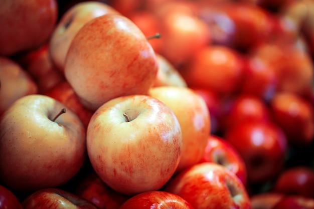 Frutas frescas de manzana roja en estantes en supermercado