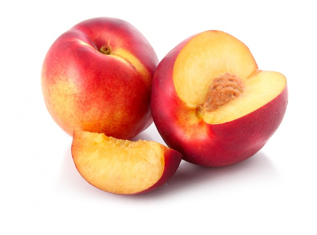 Frutas frescas del melocotón con el corte aislado