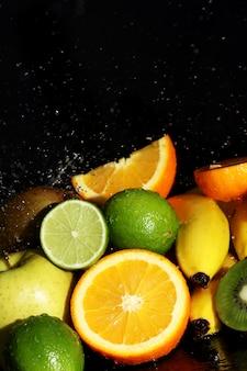 Frutas frescas y salpicaduras de agua.