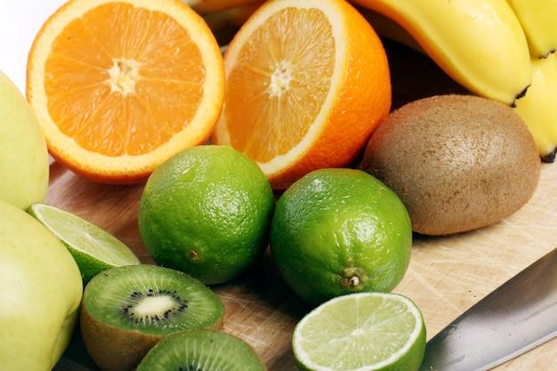 Frutas frescas en tablero de madera