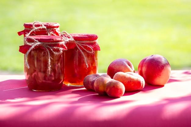 Frutas frescas y tarros caseros de mermelada