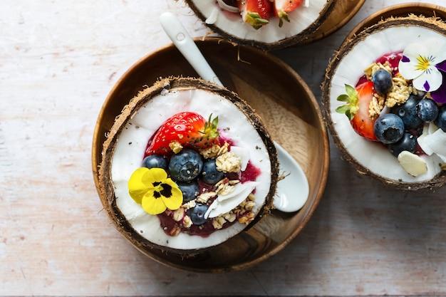 Frutas y granos planos en vibraciones tropicales de cáscara de coco
