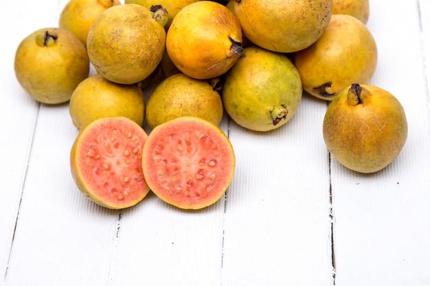 Frutas de guayaba frescas en un fondo blanco.