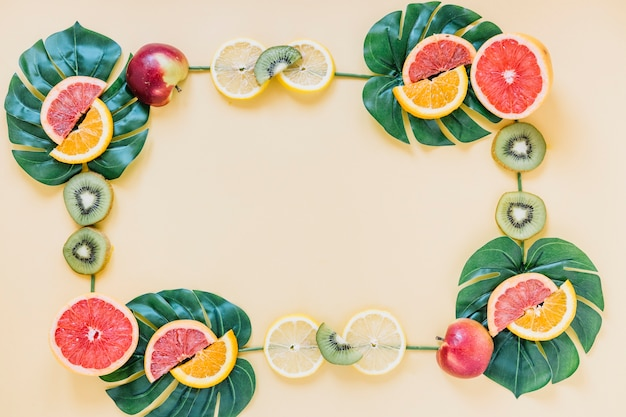 Frutas y hojas formando borde