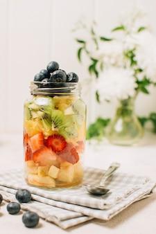 Frutas en una jarra sobre una toalla